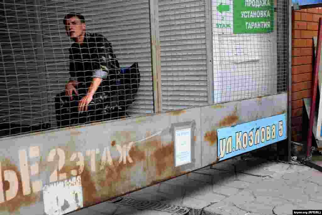 Охоронець на ринку на вул. Козлова, 5 липня 2015 року