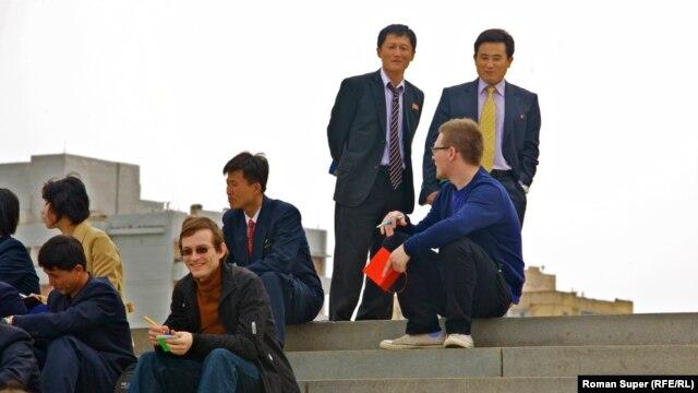 Пхеньян. Товарищ Супер с красным блокнотом. Товарищ Чен – в желтом галстуке