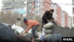 Автокөліктен көкөніс сатып жатқан саудагерлер. Теміртау, күз, 2009 жыл.