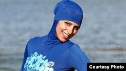 Модель демонстрирует купальный костюм для мусульманок.