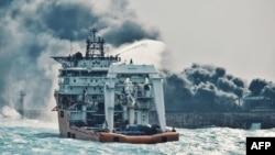 Иранскиот танкер за нафта, кој се запали по судирот со кинески товарен брод.