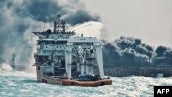 عکسی از تلاشها برای خاموش کردن آتش «سانچی»؛ ۱۱ ژانویه