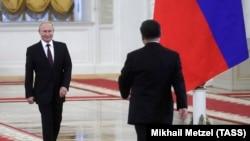 Президент России Владимир Путин встречает прибывшего в Москву с визитом китайского коллегу Си Цзиньпина. Июнь 2019 года.