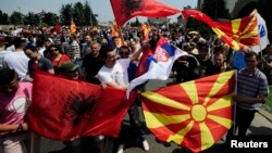 Архивска фотографија - Албанско, македонско и српско знаме на антивладините протести во Скопје на 17 мај.