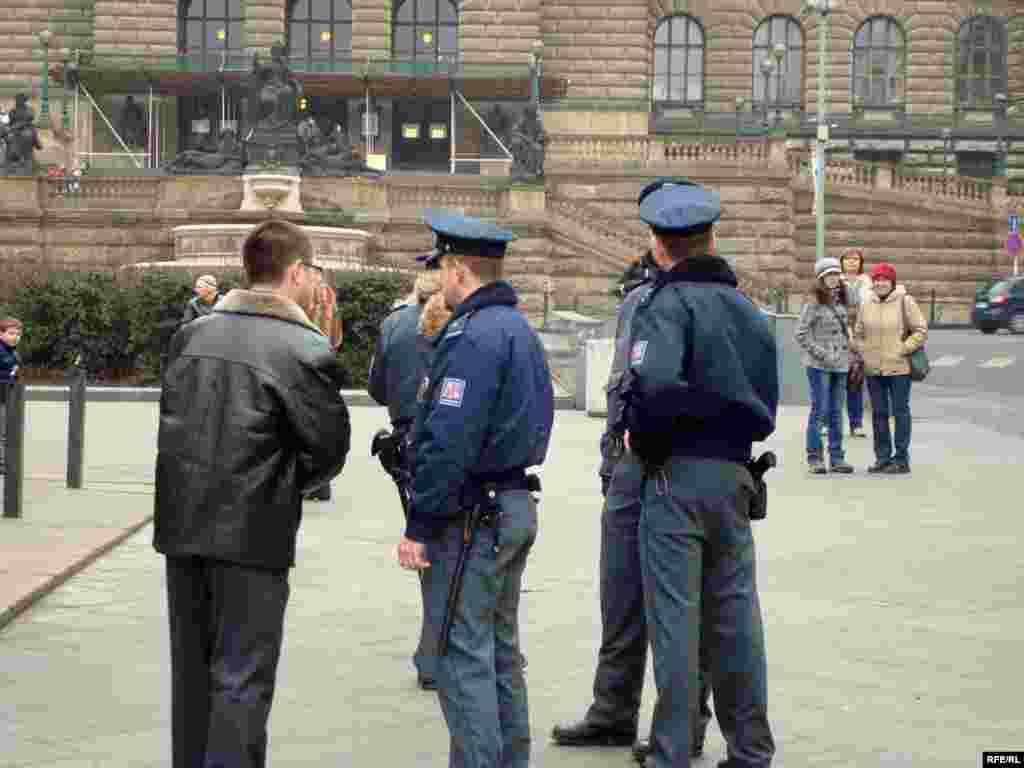 Казахские беженцы предъявили властям Чехии политические требования - Сотрудники чешской полиции проверяют документы казахских беженцев и разрешение на проведение демонстрации протеста.