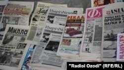 Душанбедегі газет-журнал сататын сөре (Көрнекі сурет).