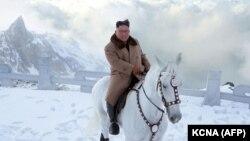 کیم جونگاون، رهبر کره شمالی، در این تصویر از ماه پیش سوار بر اسب خود در کوه پکتو، دیده میشود.