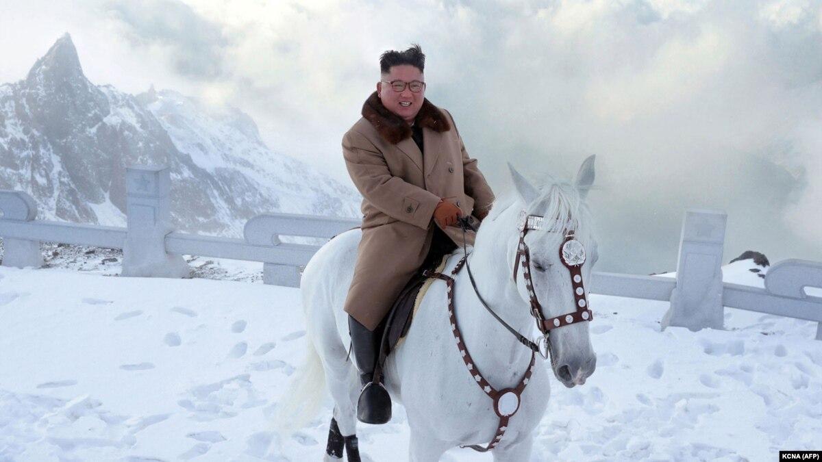 Лидер КНДР Ким Чен Ын поднялся на белом коне на священную гору перед «большой операцией» – СМИ
