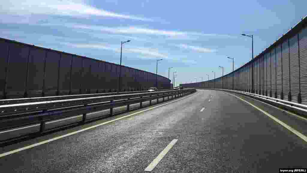 Офіційно автомобільний рух мостом відкрили лише на наступний день, 16 травня