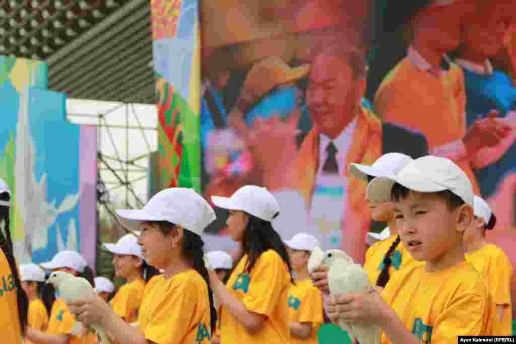 Школьники исполняют песню на трех языках. Алматы, 1 мая 2018 года.