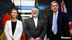 مسئول ارشد سیاست خارجی اتحادیه اروپا (چپ) در کنار وزرای امور خارجه ایران و بریتانیا