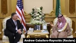 АКШнын мамлекеттик катчысы Майк Помпео Сауд Арабиясынын падышасы Салман менен.