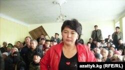 Июнь айындагы коогалаңда жабыркаган Кайрынса Кайназарова сотто көрсөтмө берүүдө, 14-июнь.