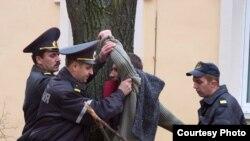 Міліцыянты заломваюць рукі Ігару Лапеху