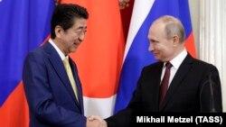 Прем'єр-міністр Японії Сіндзо Абе і президент Росії Володимир Путін на спільній прес-конференції за підсумками зустрічі в Кремлі, 22 січня 2019 року