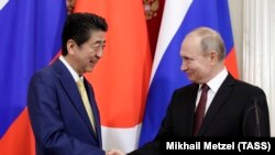 Japanese Prime Minister Shinzo Abe (left) and Russian President Vladimir Putin met at the Kremlin on January 22 to discuss the territorial dispute between their countries.