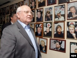 Former Soviet leader Mikhail Gorbachev, who had a contentious history with Ekho Moskvy, visits the station's headquarters in Moscow in 2007.