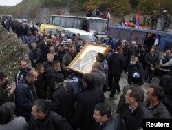 Косовські серби моляться на православну ікону на барикадах у селі Яґненіца, 24 жовтня 2011 року