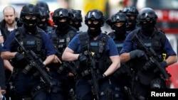 Сотрудники британской спецслужбы проверяют район, где произошел теракт. Лондон, 4 июня 2017 года.
