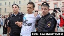 Задержание участника марша в поддержку Ивана Голунова