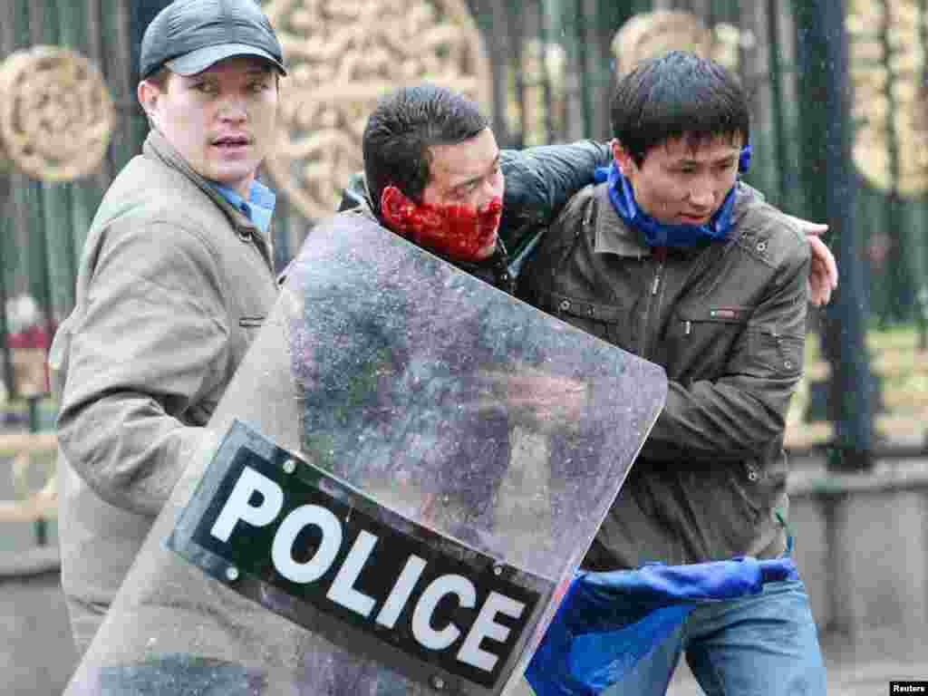 Бывший министр труда, миграции и молодежи Алиясбек Алымкулов. Герой апрельской народной революции. 7 апреля 2010 года.