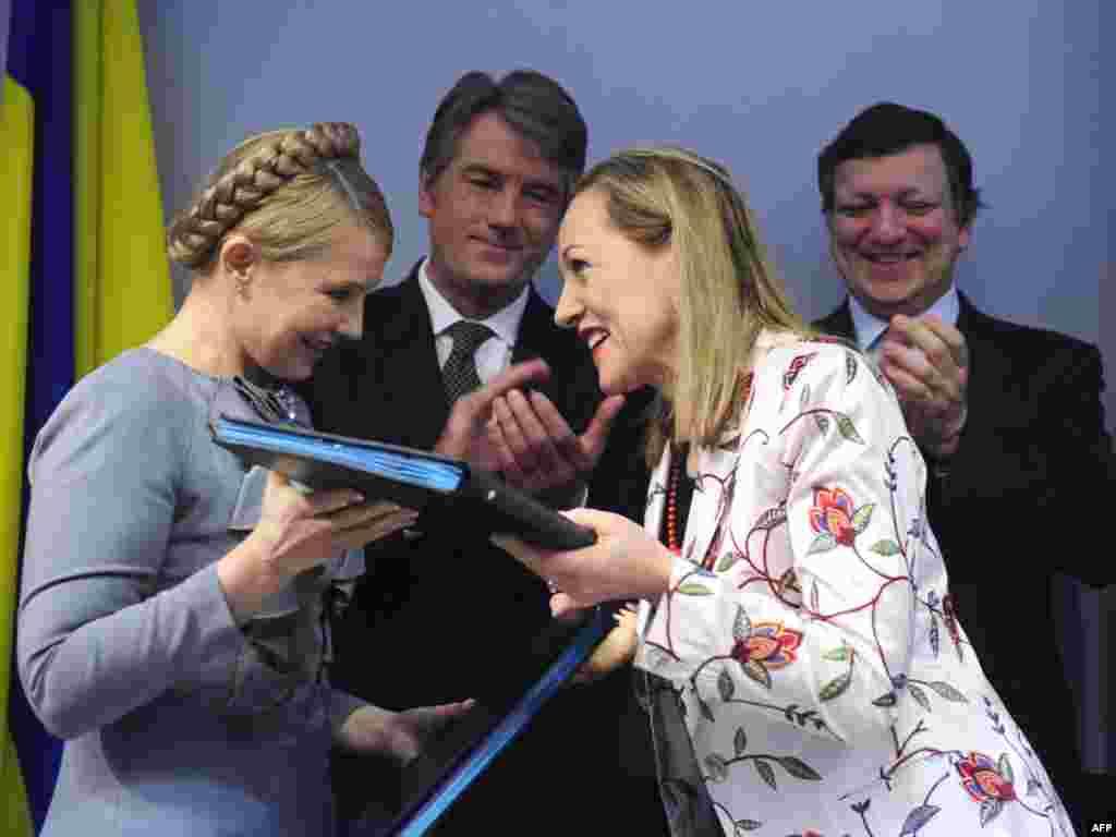 Правительство Украины, Еврокомиссия, ЕБРР, ЕИБ и ВБ подписали совместную декларацию в отношении модернизации украинской газотранспортной системы. Документ с украинской стороны подписала премьер-министр Юлия Тимошенко, со стороны Европейской комиссии - член ЕК, ответственный за внешние связи Бенита Ферреро-Вальднер и еврокомиссар по энергетике Андрис Пиебалгс, со стороны ЕИБ - президент Филипп Майстадт, со стороны ЕБРР - первый вице-президент Валер Фриман, со стороны ВБ - Мартин Райсер. Церемония подписания состоялась в понедельник в Брюсселе.