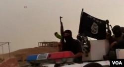 Сирияда жүрген «Ислам мемлекеті» ұйымының қарулы адамдары.