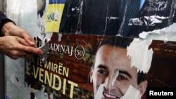 Skidanje izbornih plakata, Priština, decembar 2010
