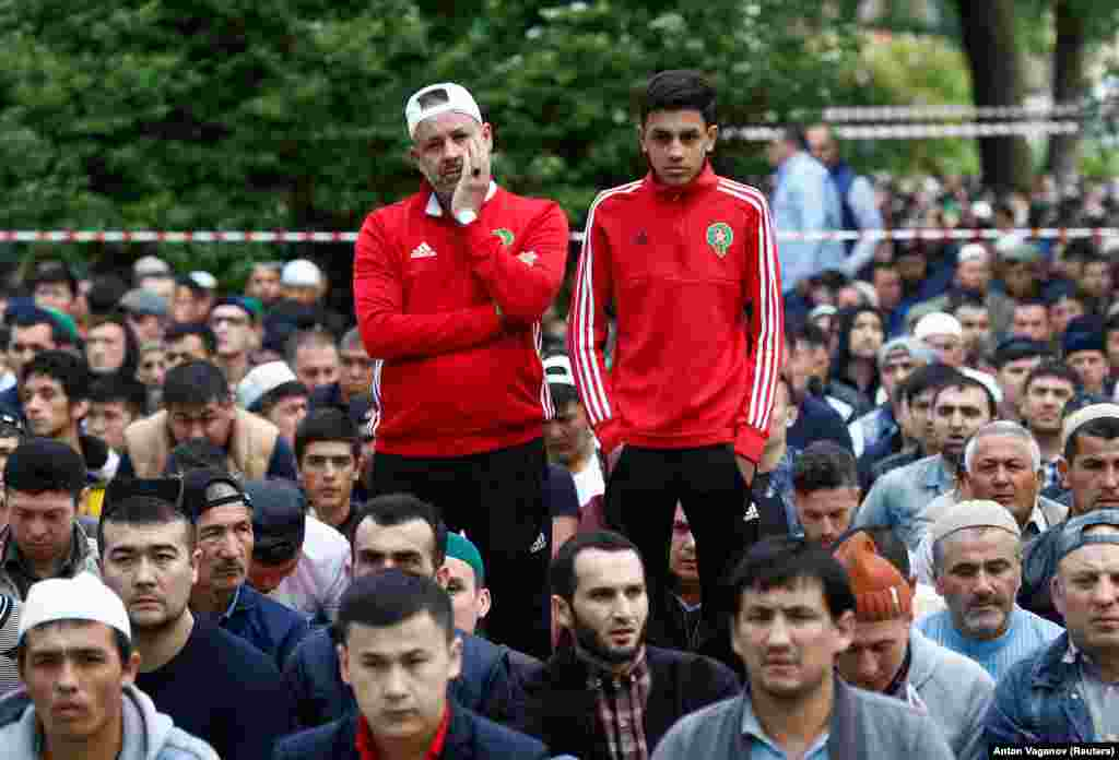 Болельщики сборной Марокко по футболу на утренней молитве. Санкт-Петербург, 15 июня 2018 года.