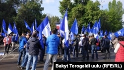 Сторонники Садыра Жапарова перед зданием Верховного суда. 23 апреля 2019 года.