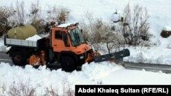 كاسحة وهي تزيل الثلوج عن احدى الطرقات