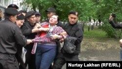 Полиция жасағы Маржан Аспандиярованы күшпен әкетіп барады. Алматы, 29 сәуір 2016 жыл.
