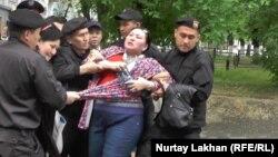 Полиция задерживает активиста Маржан Аспандиярову, пришедшую на пресс-конференцию «по земельному вопросу». Алматы, 29 апреля 2016 года.