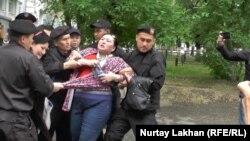 Задержание активиста, из числа пришедших на пресс-конференцию «по земельному вопросу». Алматы, 29 апреля 2016 года.