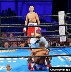 Канат Ислам завершает свой победный бой против Джонатана Батистана (Доминиканская Республика). Майами, 7 ноября 2015 года.