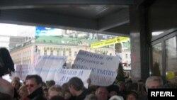 Участвующие в митинге развернули плакаты «Бабушкам да дедушкам опять не хватит хлебушка», «Правительство, кончай вредительство»