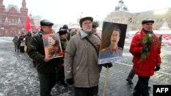 Rusiya Kommunist Partiyasının fəalları aksiyalarında Stalinin portretini götürüb. 21 dekabr 2011