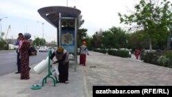 Сотрудницы коммунальных служб убирают улицы Ашхабада.