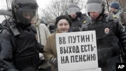Поліція затримує учасницю несанкціонованого мітингу в Санкт-Петербурзі, 29 квітня 2017 року