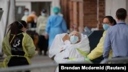 Парамедики доставляють пацієнта в центр невідкладної допомоги в Бруклінському районі, Нью-Йорк, США, 7 квітня 2020 року