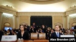 Перед комітетом з розвідки виступають Фіона Гілл – колишня співробітниця Ради національної безпеки, яка відповідала за відносини з Росією і Україною, – і Девід Голмс, співробітник посольства США в Києві