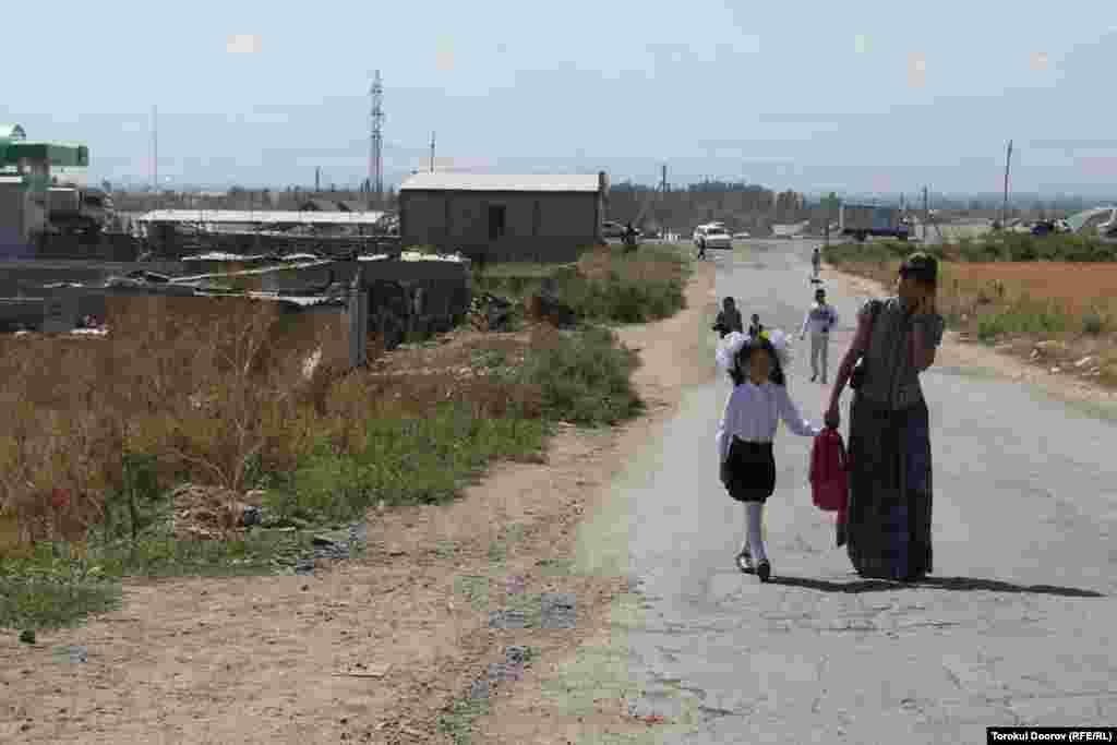 Заселенные самозахватчиками земли в окрестностях Бишкека после событий 2005 года.