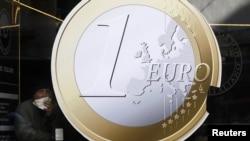 Євро перебуває під тисокм через проблеми Греції та Іспанії