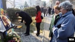 Граѓаните му одаваат почит на првиот претседател на Македонија Киро Глигоров пред седиштето на СДСМ во Скопје.