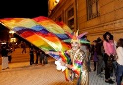 Перед парламентом Уругвая после принятия закона о легализации однополых браков. 10 апреля 2013 года