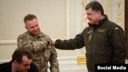 Прэзыдэнт Украіны Пятро Парашэнка ўручае пасьведчаньне аб грамадзянства Сяргею Кароткіх.