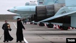 Священнослужители на церемонии передачи 14 истребителей Су-27СМ и Су-30М2 авиационному полку, который базируется на аэродроме Бельбек под Севастополем