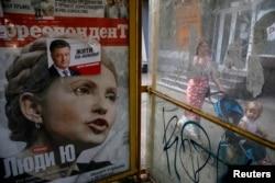Так это было в 2014-м. Предвыборный плакат Петра Порошенко и обложка журнала с портретом Юлии Тимошенко на одной из киевских улиц