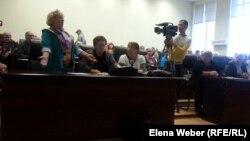 Жительница Темиртау Мария Костина выступает на публичных слушаниях о тарифах на коммунальные услуги. Темиртау, 19 мая 2015 года.