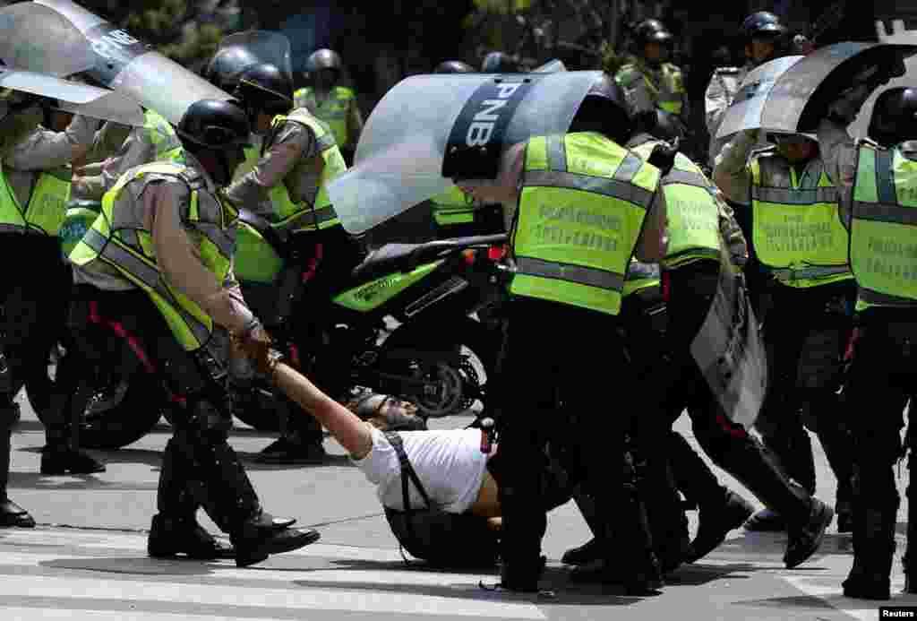 Согласно отчетам правозащитников венесуэльской организации Foro Penal, только за два года протестов власти задержали свыше трех тысяч человек, 800 из которых до сих пор находятся в заключении. Часть задержанных власти пытали. На фото – полиция задержала оппозиционера во время антиправительственных акций 10 апреля.